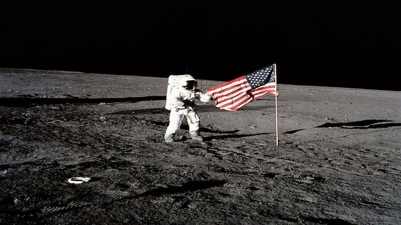 चंद्रावर पहिले पाऊल
