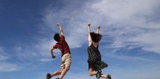 कठीण प्रसंगात सुद्धा आपल्याला आनंदी ठेवणाऱ्या नऊ सवयी