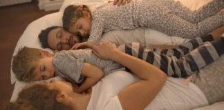 पालकांनी मुलं लहान असताना त्यांच्या बरोबर झोपण्याचे फायदे आणि तोटे