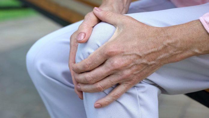 गुडघेदुखी कमी करण्याचे घरगुती उपाय आणि घेण्याची काळजी