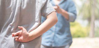 मुलांना खरं बोलण्याची सवय लावण्यासाठी पाच टिप्स