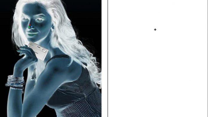 फोटोच्या निगेटिव्हकडे टक लावून पाहिल्यास दिसते रंगीत चित्र